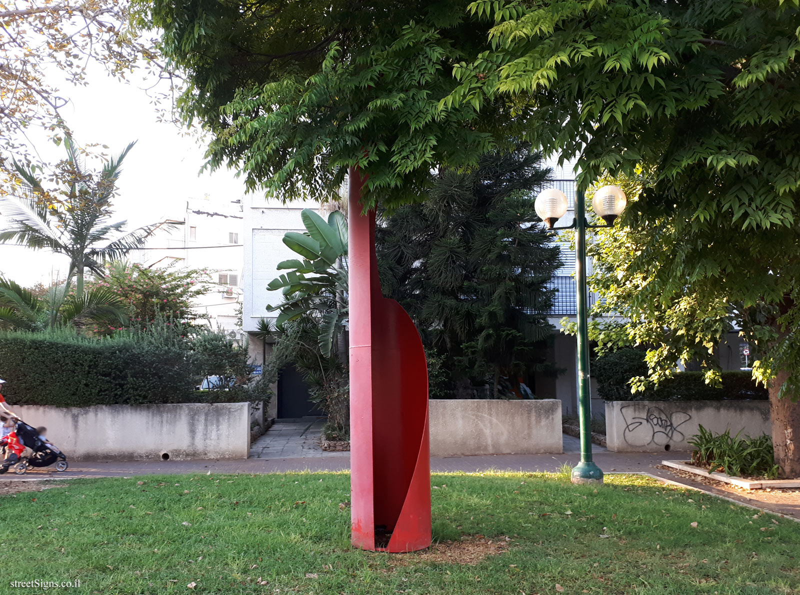 "Tel Aviv - ""Crown and Gown"" - Outdoor sculpture by Michael Gross - Pinkas St 30, Tel Aviv-Yafo, Israel"